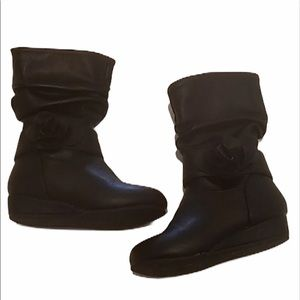 4/$12 143 girls Kylie wedge boots size 7.